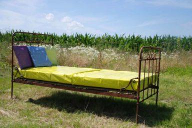 2016-06 Rostiges Bett im Feld