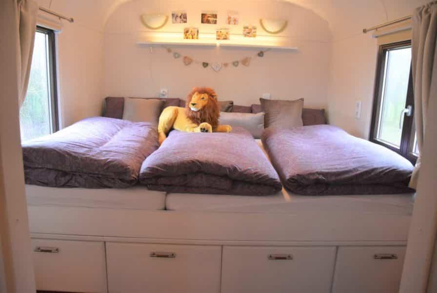 Bett mit 3 Decken