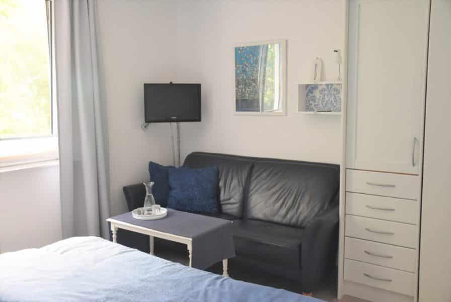Wasser Zimmer Sofa und TV